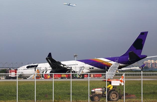 肇事客机的机身及垂直尾翼上的公司标志被涂黑.