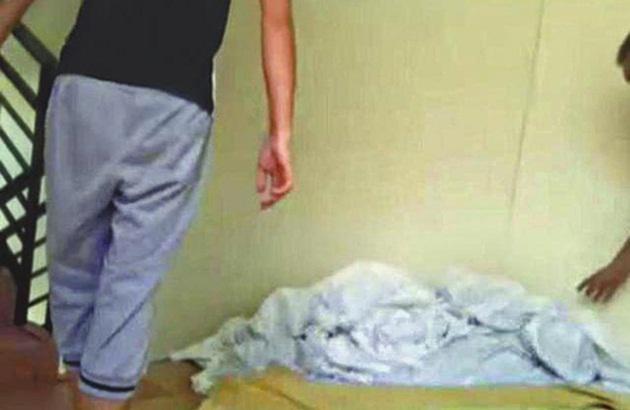 (广州讯)酒店的床单如雪般白,可能是未有用水清洗过的!一间为广州多家星级酒店、精品酒店清洗床单、毛巾的洗衣工场,只会清洗有血迹、发臭的床单、毛巾,99%送来的床单、毛巾只是将它们烫一下,然后折起来送回酒店让住客使用。有酒店业者称,要是入住廉价酒店,最好还是自己带备毛巾。