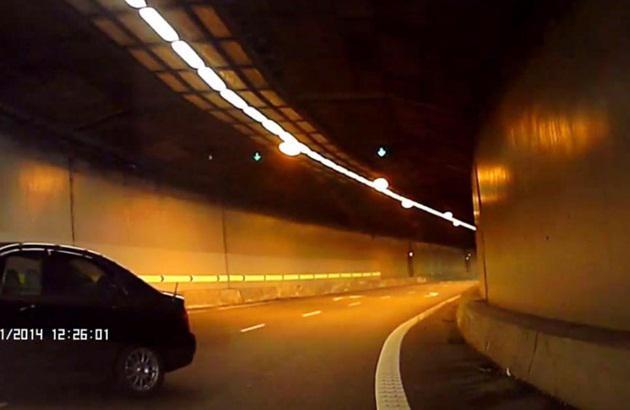 单向隧道内 轿车三步转
