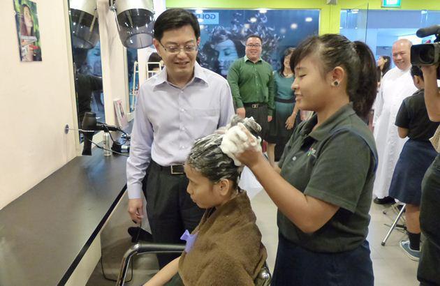 顾客洗头的正确方法