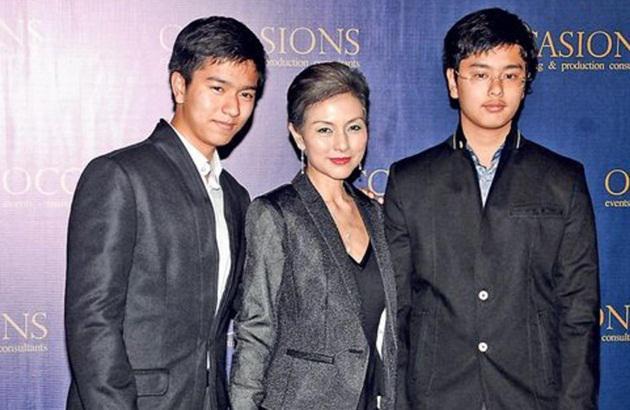 司马燕生前与两个儿子合照